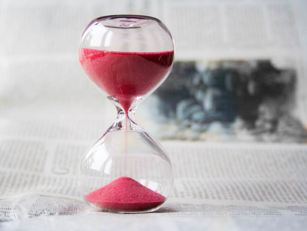 Counting time on the hourglass